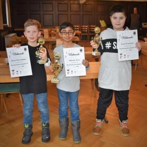 Die Sieger der Bezirks-EM U10 (v.l.): Simon Petersammer (3.), Abhiraaj Arora (1.) und Narek Gewondow (2.)